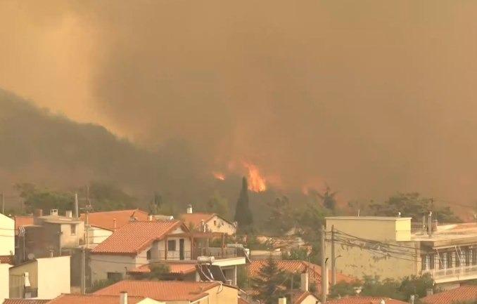 Φωτιά στα Βίλια – Στα 400 μέτρα από τα σπίτια οι φλόγες | tovima.gr