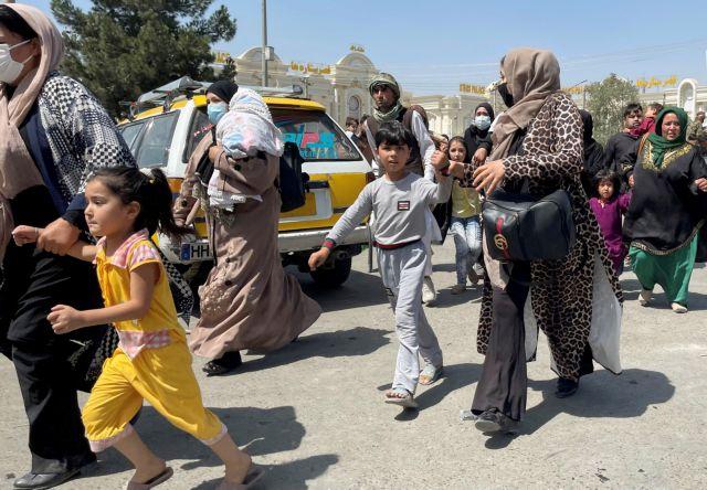 Αφγανιστάν – Σκηνές απόλυτου χάους με δώδεκα νεκρούς – Οι Ταλιμπάν εμποδίζουν Αφγανούς να φτάσουν στο αεροδρόμιο   tovima.gr