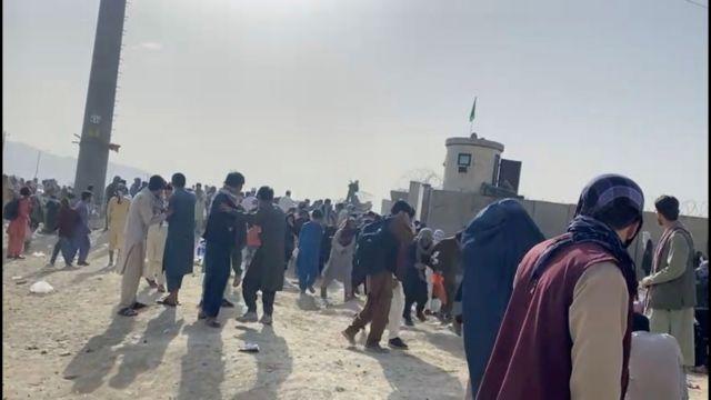 Αφγανιστάν – Πώς οι Ταλιμπάν μπλοκάρουν την έξοδο – Μητέρες πετούν μωρά σε στρατιώτες | tovima.gr