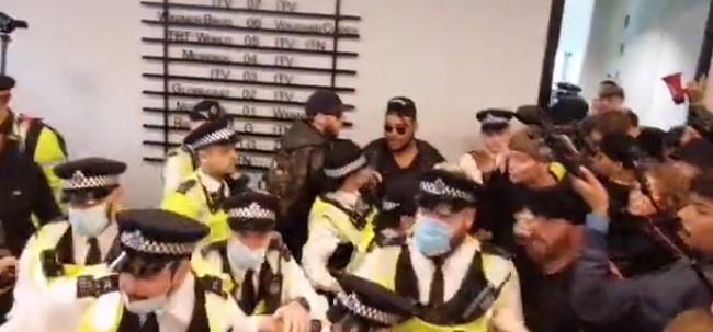 Λονδίνο – Αντιεμβολιαστές εισέβαλαν σε κεντρικά γραφεία ΜΜΕ | tovima.gr