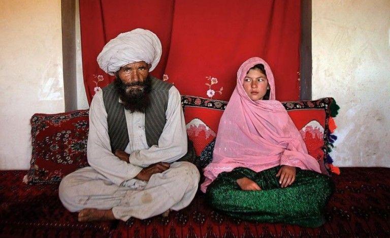 Αφγανιστάν – Γροθιά στο στομάχι η φωτογραφία 11χρονου κοριτσιού με τον 40άρη μέλλοντα σύζυγό της | tovima.gr