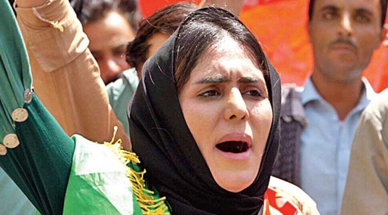 Αφγανιστάν – Συγκλονίζει η γυναίκα που αντιστέκεται στους Ταλιμπάν   tovima.gr