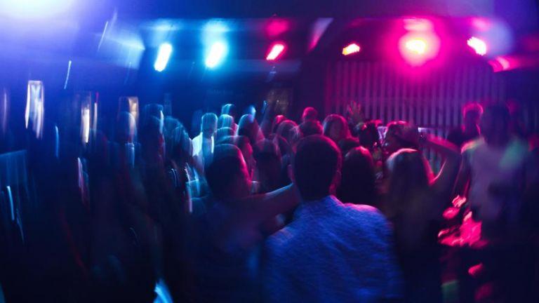 Κορωνοϊός : Λουκέτο και πρόστιμα σε γνωστά νυχτερινά κέντρα – Διασκέδαζαν όρθιοι   tovima.gr