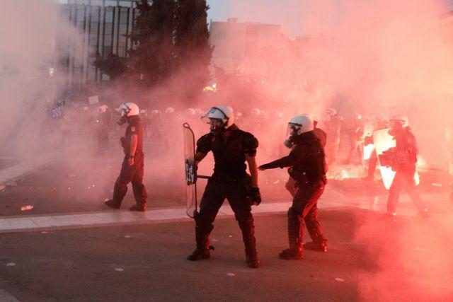 Σε 42 προσαγωγές προχώρησε η Αστυνομία για τα επεισόδια στη συγκέντρωση των αντιεμβολιαστών | tovima.gr