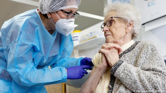 Εμβόλια – Τρίτη δόση για όλους; | tovima.gr