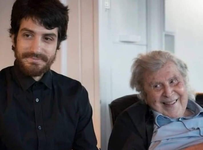Με μια σπάνια φωτογραφία αποχαιρέτησε τον Μίκη ο εγγονός του Άγγελος   tovima.gr