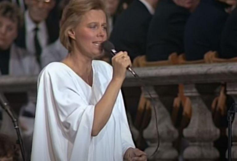Μίκης Θεοδωράκης – Στην κηδεία του Ούλοφ Πάλμε τραγούδησαν «Είναι μεγάλος ο καημός»   tovima.gr