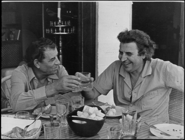 Μίκης Θεοδωράκης και Γρηγόρης Μπιθικώτσης – Η τυχαία γνωριμία που άλλαξε την ιστορία του ελληνικού τραγουδιού | tovima.gr