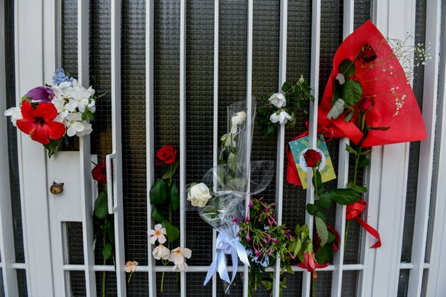 Μίκης Θεοδωράκης – Τον αποχαιρετούν με ένα λουλούδι στην πόρτα της οικίας του   tovima.gr