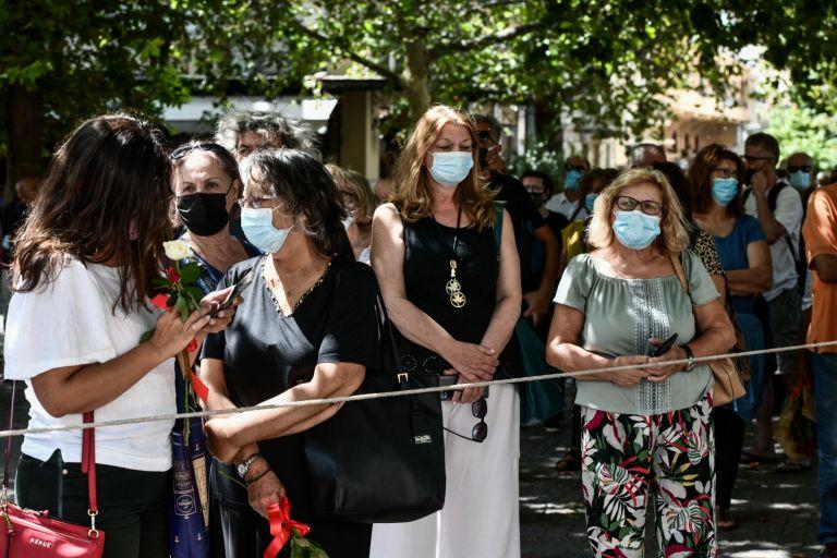 Μίκης Θεοδωράκης – Πλήθος κόσμου έξω από τη Μητρόπολη για το λαϊκό προσκύνημα | tovima.gr
