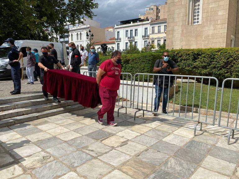Μίκης Θεοδωράκης – Στήνουν και ξεστήνουν τα γραφεία κηδειών στη Μητρόπολη | tovima.gr