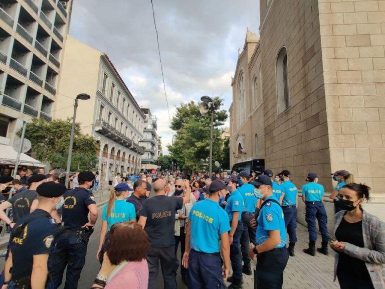 Μικροένταση στη Μητρόπολη στο λαϊκό προσκύνημα του Μίκη Θεοδωράκη   tovima.gr