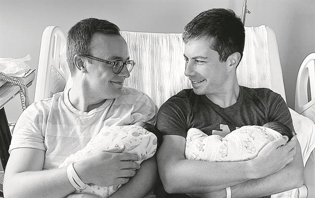 ΗΠΑ – Ανοιχτά γκέι, υπουργός και τώρα πατέρας | tovima.gr