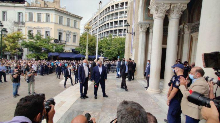 Στη Μητρόπολη Αθηνών ο Κουτσούμπας – Όλα έτοιμα για την τελετή αποχαιρετισμού στον Μίκη Θεοδωράκη   tovima.gr