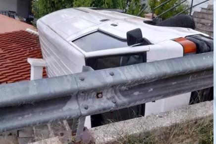 Καβάλα –  Βίντεο ντοκουμέντο με «τρελή» πορεία φορτηγού – Προσγειώθηκε στη στέγη σπιτιού | tovima.gr