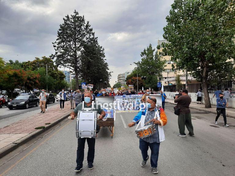 Θεσσαλονίκη – Κρεβάτια και τύμπανα στη συγκέντρωση της ΠΟΕΔΗΝ – Οι υγειονομικοί ξανά στους δρόμους   tovima.gr