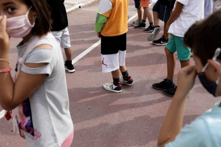 Κορωνοϊός – Ένταση σε σχολείο με γονείς αρνητές – Πήγαν το παιδί τους χωρίς self test, απειλούσαν και συνελήφθησαν | tovima.gr
