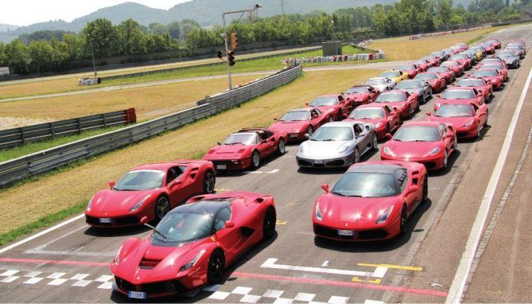 Πειραιάς – Road show με 30 Ferrari | tovima.gr