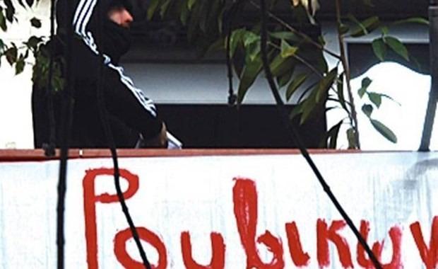 Παρέμβαση Ρουβίκωνα στο πολιτικό γραφείο του υπ. Δικαιοσύνης Κώστα Τσιάρα   tovima.gr