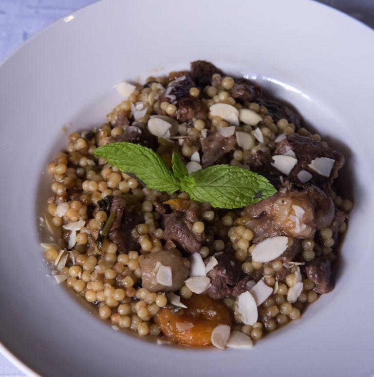Αρνάκι με ξερά βερίκοκα και κουσκούς | tovima.gr