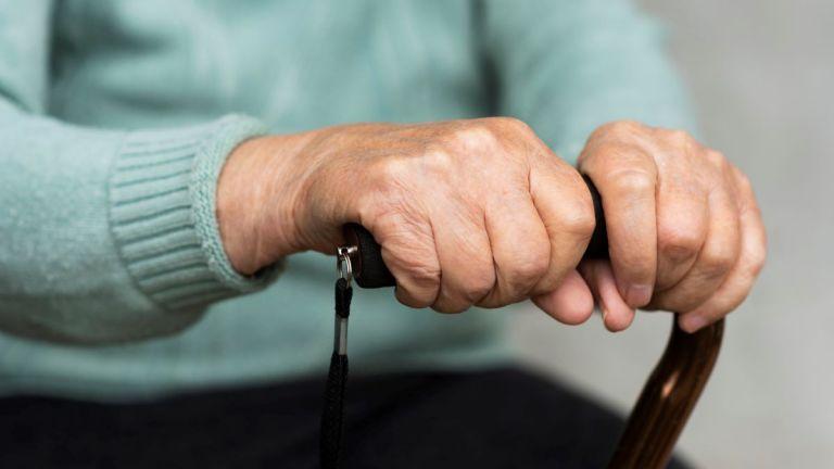 Κατέκλεψαν ηλικιωμένη με άνοια – Οι «συμπονετικοί» συγγενείς τής απέσπασαν 330.000 ευρώ   tovima.gr