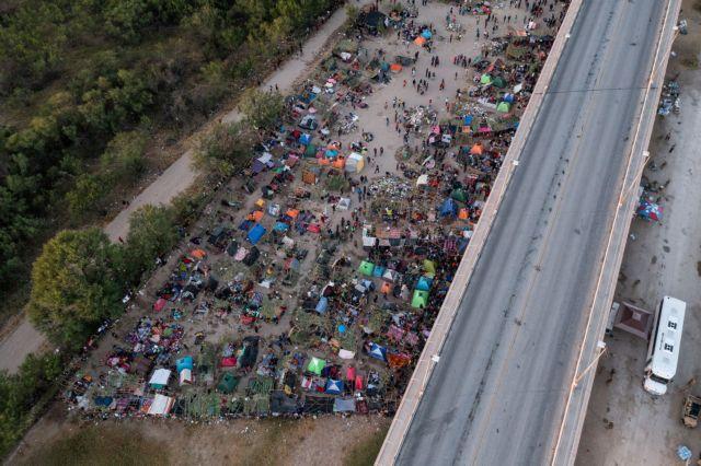 ΗΠΑ – Απομακρύνονται χιλιάδες μετανάστες από πόλη του Τέξας | tovima.gr