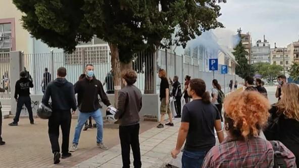 Θεσσαλονίκη – Επίθεση με καδρόνια, λοστούς και πέτρες σε αντιφασιστική συγκέντρωση φοιτητών | tovima.gr
