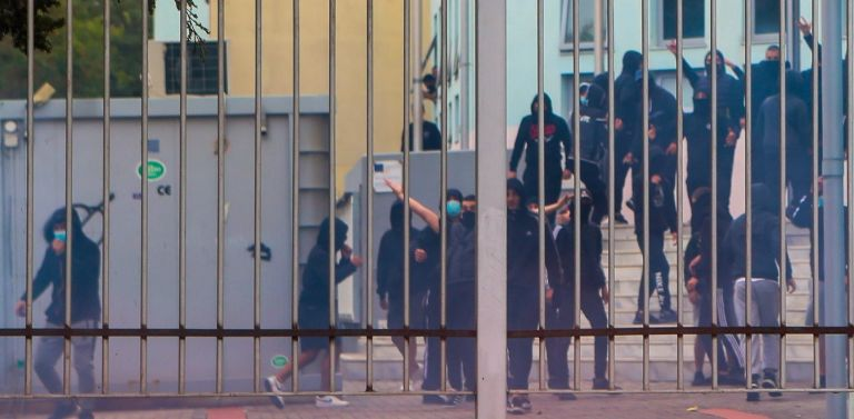 Thessaloniki lyceum heavily guarded after armed attacks by far right elements   tovima.gr