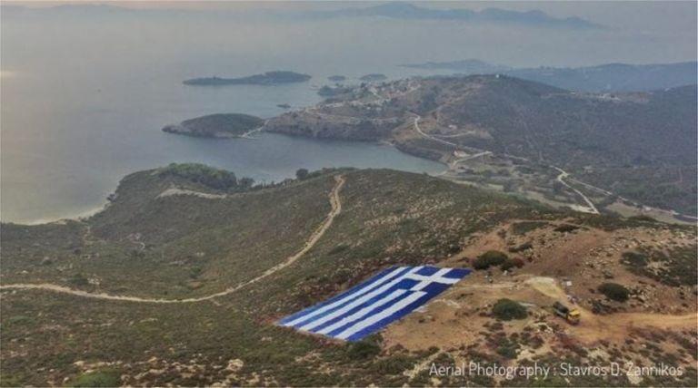 Οινούσσες – Τοποθέτησαν τεράστια ελληνική σημαία ως απάντηση στην «ενόχληση» του Ακάρ | tovima.gr