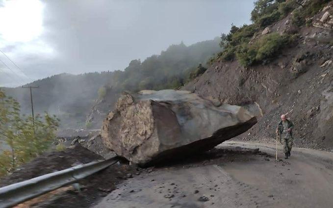 Άγραφα – Τεράστιος βράχος έπεσε κοντά σε σπίτια και έκοψε τον δρόμο στα δύο | tovima.gr