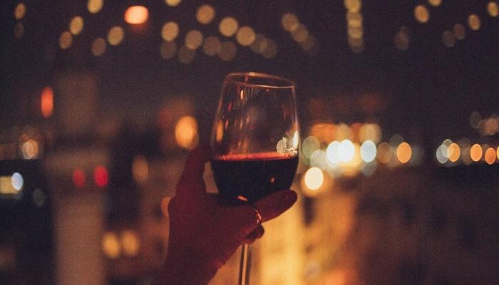 Κόκκινα κρασιά, ροζέ σαμπάνιες και Damien Hirst | tovima.gr