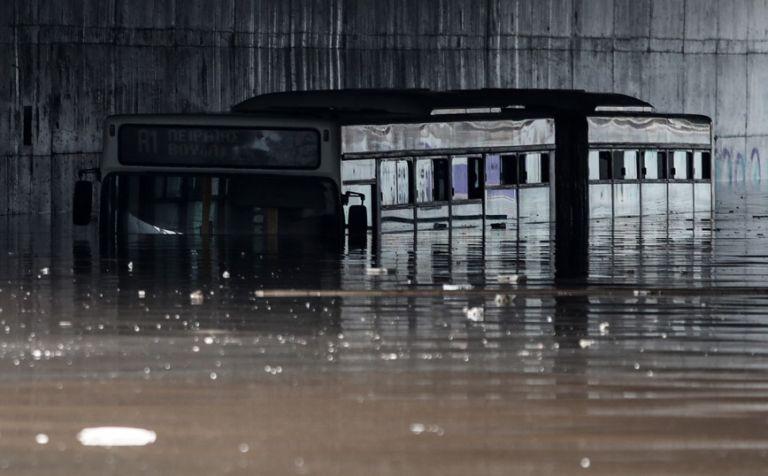 Κακοκαιρία «Μπάλλος» – Απίστευτη εικόνα – Λεωφορείο έχει καλυφθεί από το νερό   tovima.gr